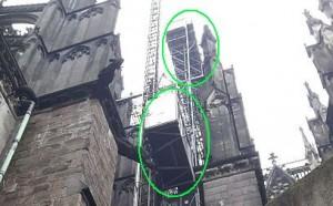 in dem Kasten (unterer Kreis) ging es zu einer Plankenbrücke (oberer Kreis), die dann in den Dachstuhl führt