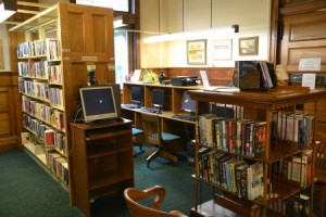 Nein, so alte schöne Möbel aht die Bibliothek ind er Banlieue nicht, aber eine Bibliothek ist immer ein wichtiger Ort für den Wissenserwerb, egal, wie sei aussieht.