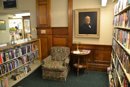 """Porträt von Elihu Spicer in """"seiner"""" Bibliothek in Mystic"""