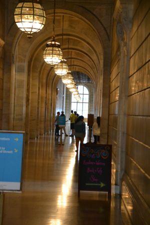 Ich stehe hier in der Mitte eines Flurs in der Public Library in NYC ...
