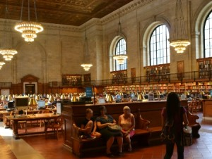 Der Lesesaal m it Nachschlagewerken an den Wänden - sogar mit eienr Galerie, die Bücher beherbergt.
