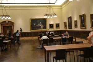 Lesesaal mit modernen Tischen und alten Bildern