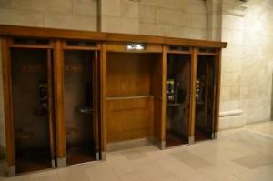 """""""Public Telephones"""" steht über dieser Ansammlung altmodischer Telefonkabinen - mit modernen Apparaten."""