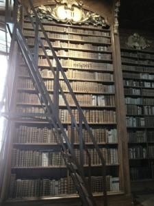 Blick in den Prunksaal der ÖNB - ein Regal mit Büchertreppe. Foto: Maria Meurer