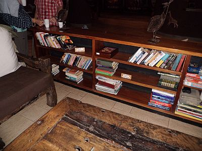 Schönes Holz überall - das Regal selbst, der Boden und die zu ahnenden Möbel. Foto: Birte Mirbach