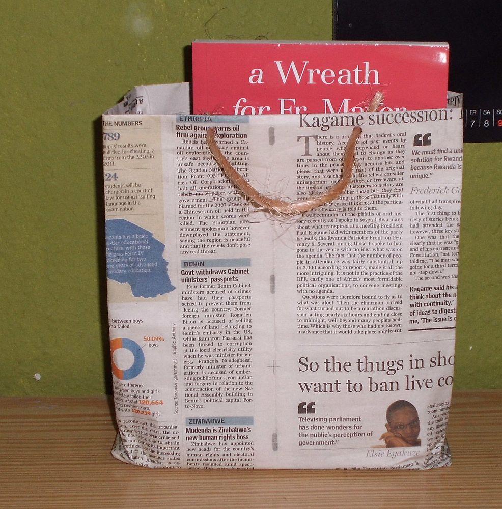 So wird Literatur stilecht transportiert - die Tüte gefällt mir. Foto: Birte Mirbach