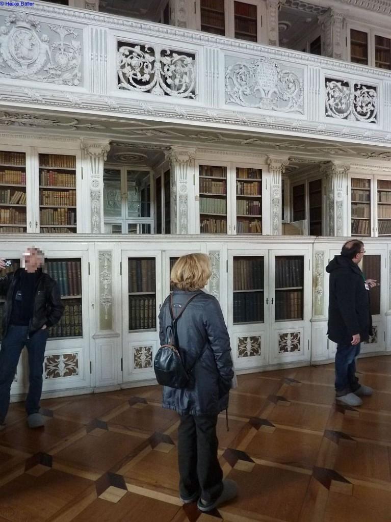 Durch eines der unteresn Regale sind wir in die Bibliothek gelangt.