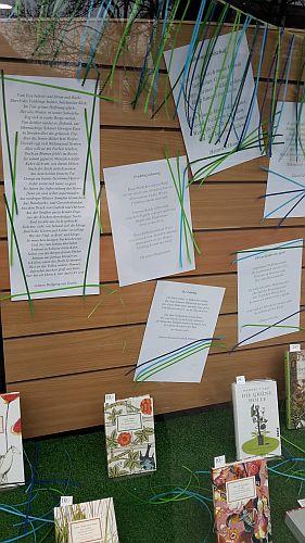 """Die Gedichte sind hübsch ausgedruckt angebracht - da sind gelatt ein paar Anregungen für meine """"Gedicht zum Tag""""-Reihe dabei ;-)"""