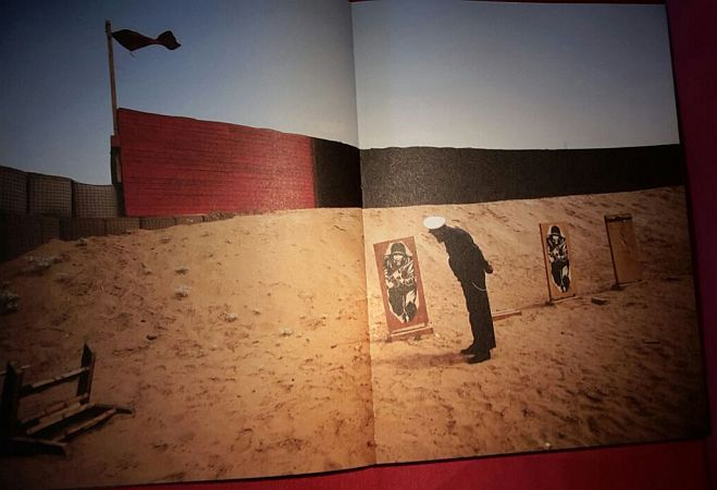 Fotoband Hello Camel von Christoph Bangert Bild SPlozeischüler vor Pappkameraden