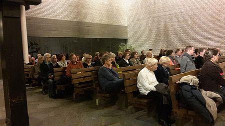 Buch für die Stadt Vienna Bescuherinnen udn Besucher ind er Versöhnungskirche