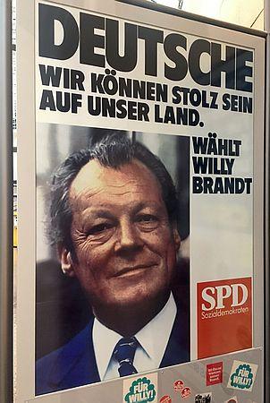 Wahlplakat Willy Brandt zu Rheinblick von Brigitte Glaser, das 1972 rund um die Wahl spielt