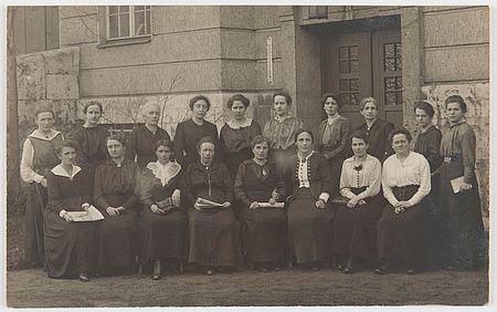 Die weiblichen Abgeordneten der MSPD in der Weimarer Nationalversammlung am 1. Juni 1919. Zur Rezension des Buches 1919 von Unda Hörner