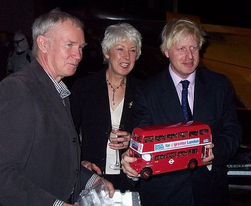 Boris Johnson mit demModell eines roten Busses für London