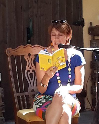 """Ulrike Maria Hund in action - sie liest aus ihrem Debutroman """"lilli und der Schwan"""""""