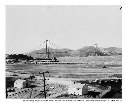 Historisches Foto von der Errichtung der Golden Gate Bridge passend zu den Schwierigkeiten, von Dave Eggers in seinem Buch erzählt.