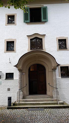 Eingangsportal der Monacensia im Hildebrandhaus in München