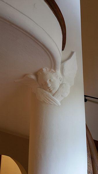 Treppenahsu der Monacensia Stuckengel