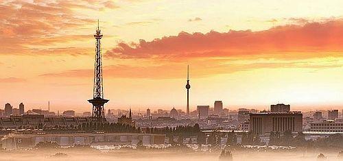 Berlin-Panorama im Sonnenuntergang - Schauplatz der Krimis rund um die Bullenbrüder.