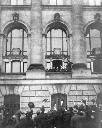 Philipp Scheidemann ruft die Republik aus - vom Reichstagsgebäiude aus. Ein Szene aus dem Buch von Wolfgang Brenner