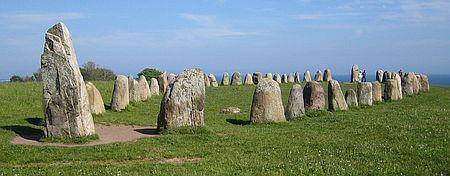 Schiffsetzung - Steine in Form eines Schiffes zur Kennzeichnung eines Grabs in Schweden, Wikinger von Teresa Zabori