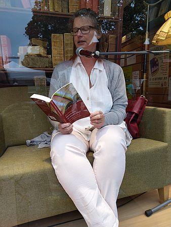 Heike Baller sitzt im Schaufenster und liest Rumpelstilzchen von Nina Bodenlosz