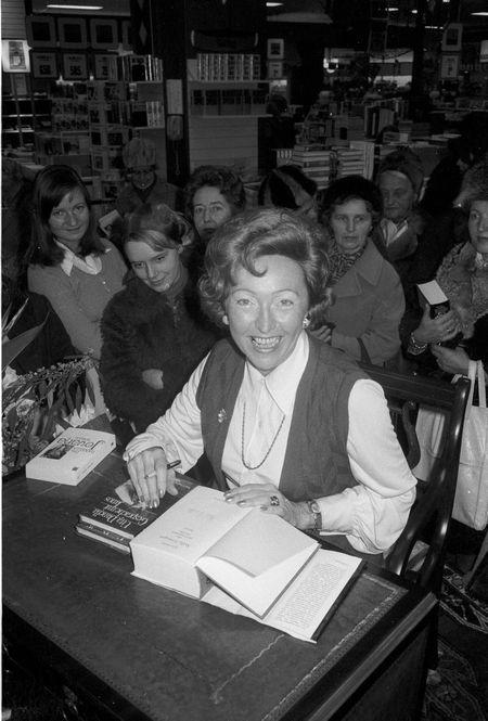 Utta Danelle bei einer Autogrammstunde in Kiel 1975