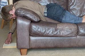 Leseidylle - die Bücher von Mac Barnett und Jon Klassen verlangen eher gemeinsames Lesen. Hier liegt jemand mit dem Bauch auf dem Sofa und liest im Buch, das auf dem Boden liegt.