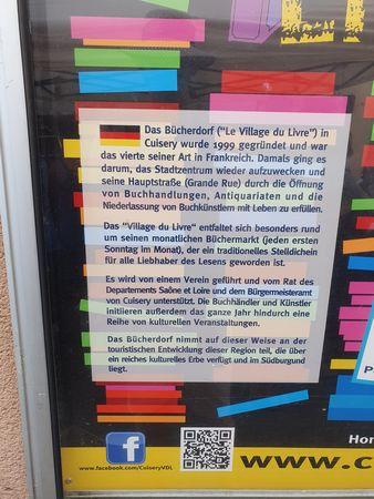 Erklärtafel auf Deutsch zu Villagee du Livre - Bücherdorf