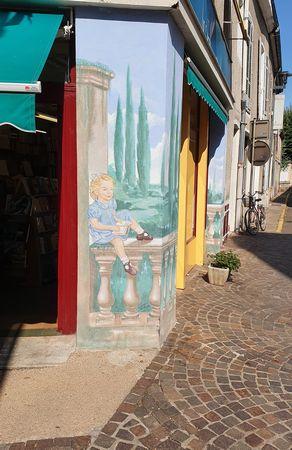 Hausecke in Cuisery mit lesendem Kind dekoriert - passend zum Village du Livre