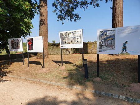 Eine Reihe Tafeln mit B. D. im Schlosspark von Charolles