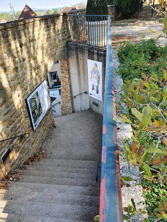 Weitere Panele mit Comics an einer Treppe in Charolles