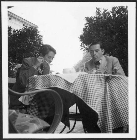 Golo Mann und seine Schwester Erika beim Essen in der Schweiz auf eienr Terasse
