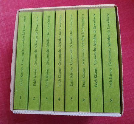 Blick auf eine Bücherkassette Kästner für Erwachsene 8 Bände in grünem Leinem