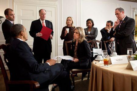 Barack Obama und Berater:innen im waldorf Astoria in New York 2011