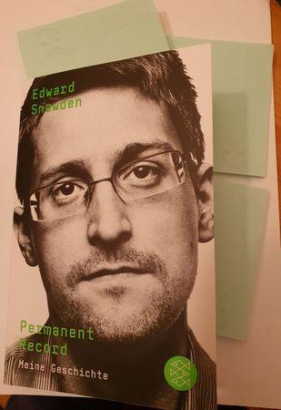 Buchcover Edwar Snowden Peramaent Record mit grünen Zettelchen