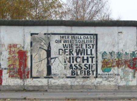 """Das Gedicht  """"Wer will, dass die Welt so bleibt, wie siei ist will nicht. dass sie bleibt""""  von Erich Fried auf der Berliner Mauer"""