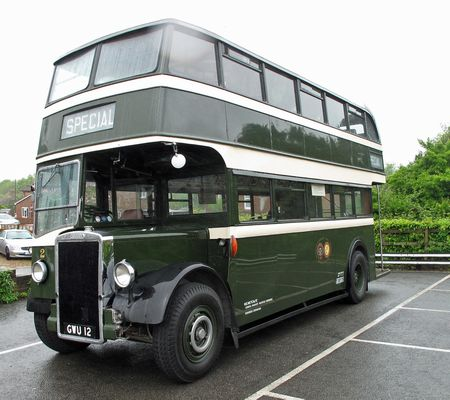 Aler grüner Doppeödeckerbus aus England für den Krimi von Josephine Tey