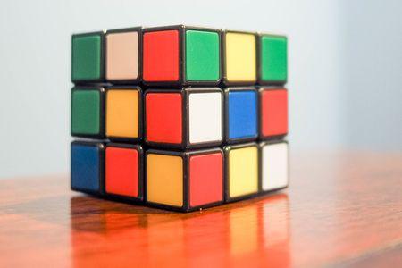 Rubic's Cube oder Zauberwürfel - den soll Theo aus der Gruppe die Datendetektive bei einem Wettbewerb schnellstmöglich lösen.