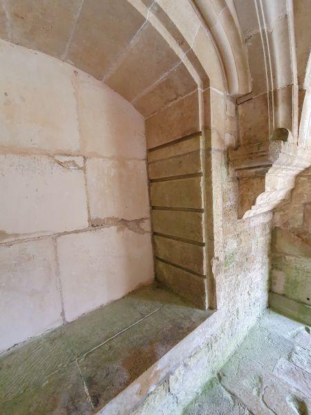 steinerne Nische mit waagerechten Schlitzen in der Seitenwange; Kloster Fontenay