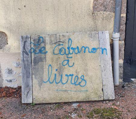Schild mit blauer Schrift Le cabanon à livres