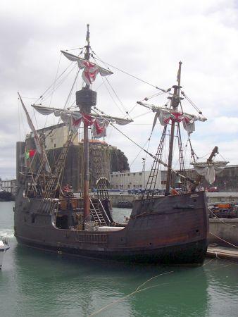 Nachbau der Santa Maria, einem Schiff, mit dem Kolumbus nach Amerika segelte - bei Laurent Binet Vorlage für die Schiffe, mit denen die inka nach Osten kamen.