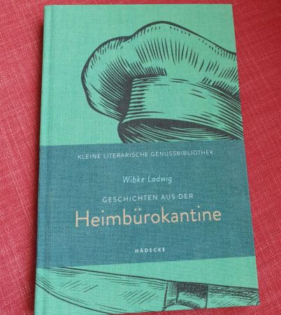 Cover - grün - von Geschichten aus der Heimbürokantine auf rotem Untergrund. Illustration zeigt Kochmütze und Kochmesser, dazwischen der Titel.